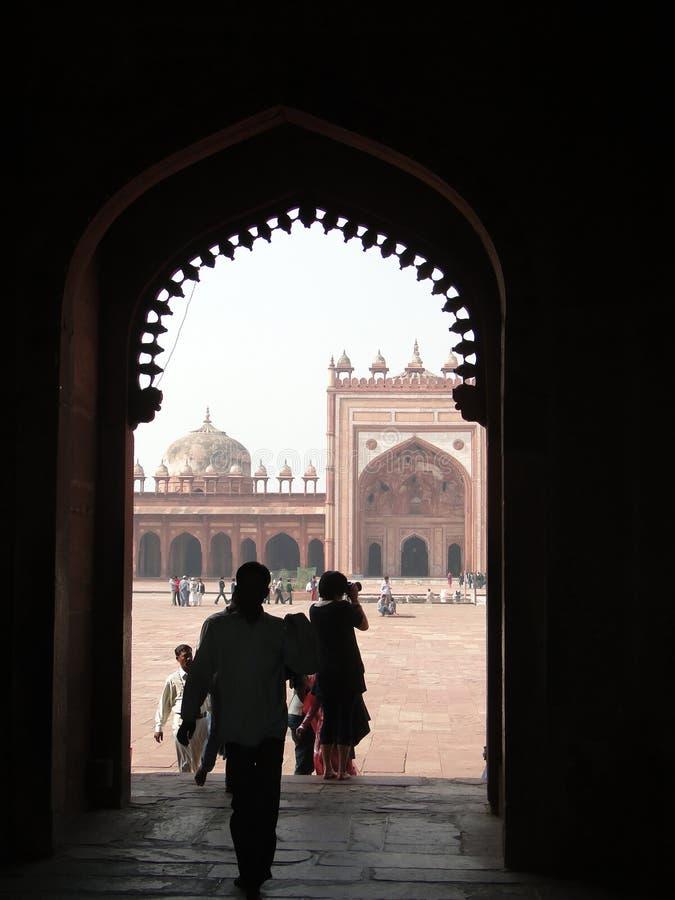I turisti indiani esplorano il cortile ed i palazzi immagini stock libere da diritti