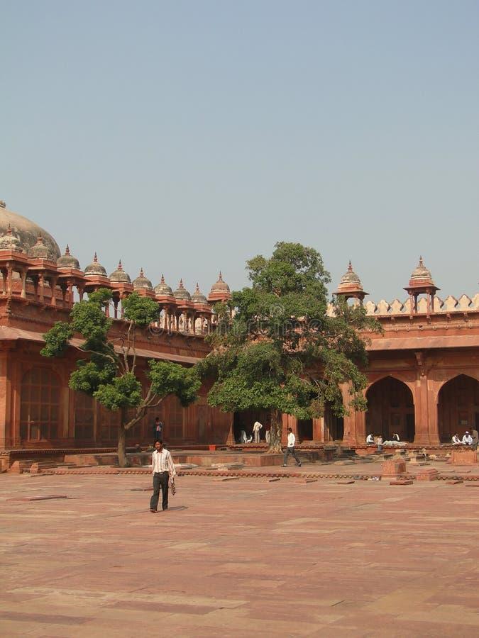 I turisti indiani esplorano il cortile ed i palazzi immagine stock libera da diritti