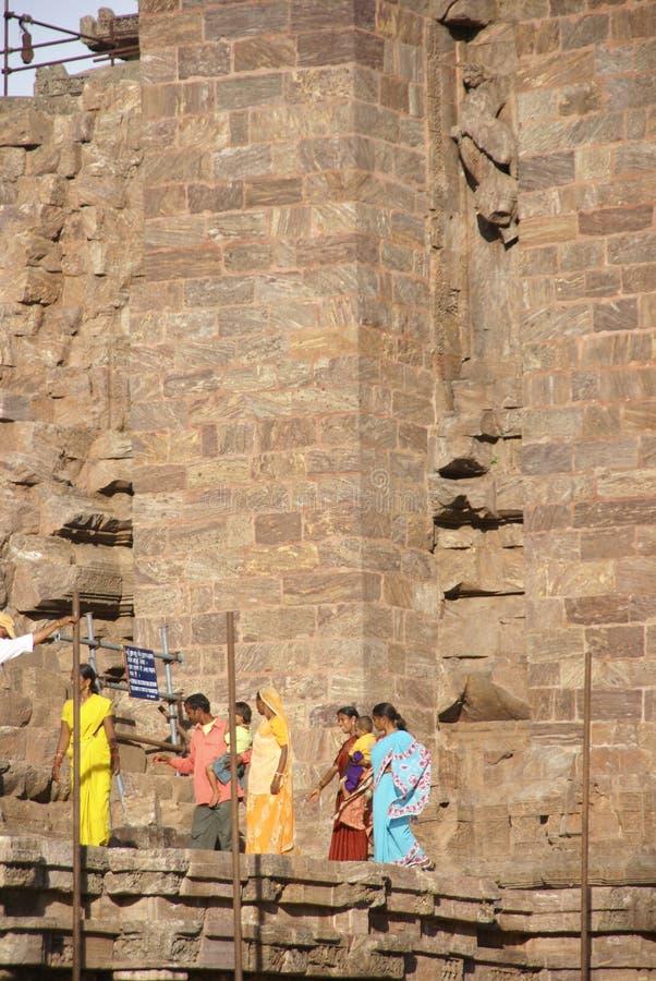 I turisti indiani esplorano il tempiale di Konarak fotografie stock