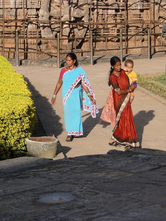 I turisti indiani esplorano il tempiale di Konarak fotografia stock