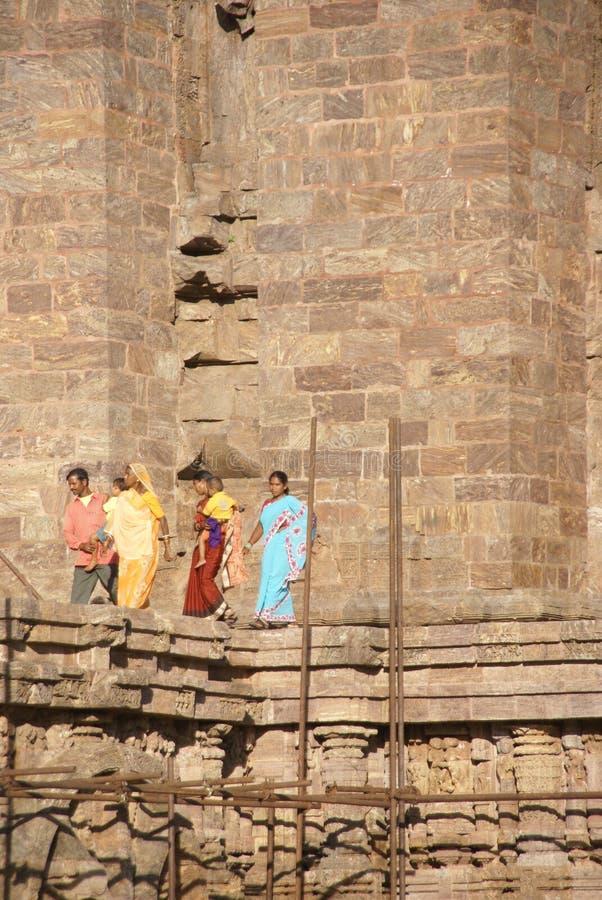 I turisti indiani esplorano il tempiale di Konarak fotografia stock libera da diritti