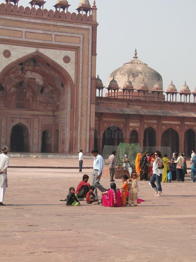 I turisti indiani visualizzano la città abbandonata fotografie stock libere da diritti