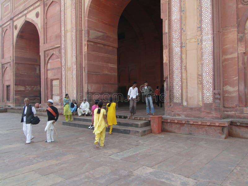 I turisti indiani visualizzano la città abbandonata fotografia stock