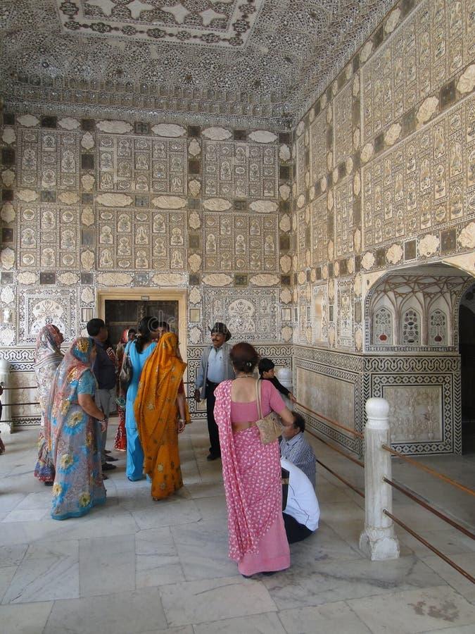 I turisti indiani visualizzano lo Sheesh mahal immagine stock libera da diritti