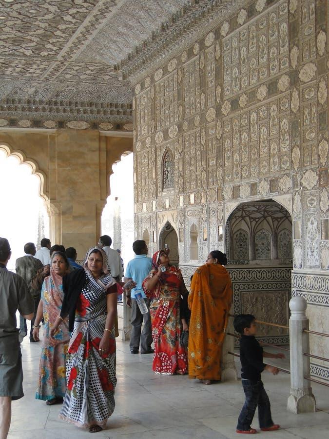 I turisti indiani visualizzano lo Sheesh mahal fotografia stock libera da diritti