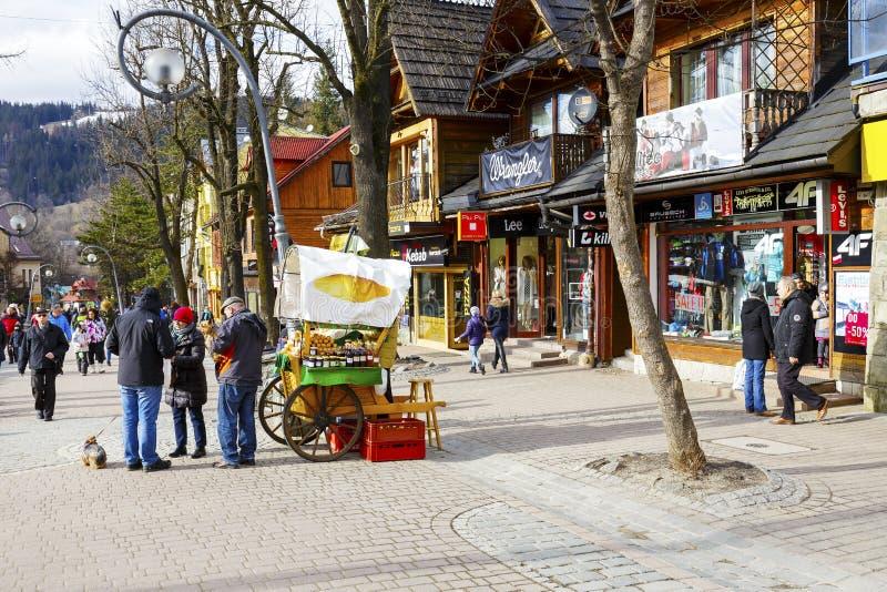 I turisti non identificati stanno comprando il formaggio di Oscypek immagine stock libera da diritti
