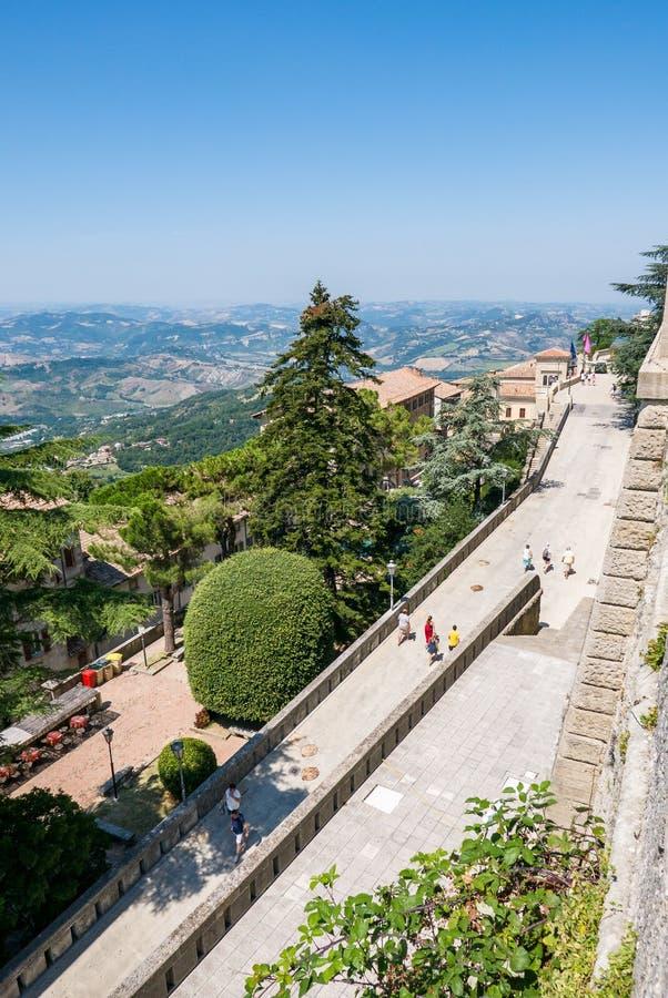 I turisti passeggiano tramite le vie di San Marino fotografia stock