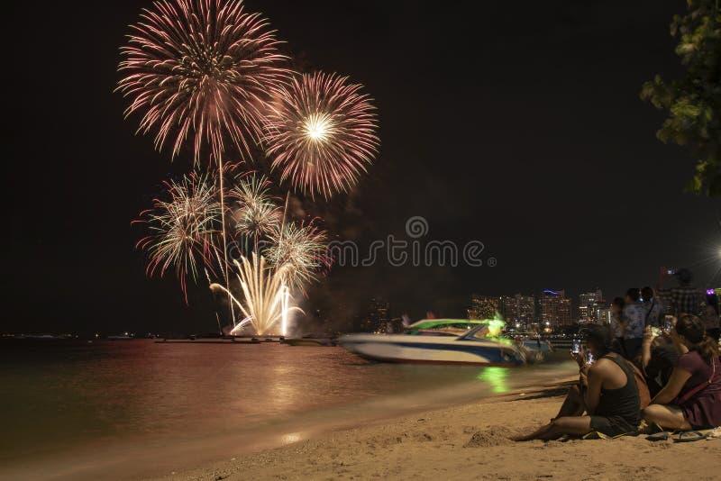 I turisti prendono a foto i fuochi d'artificio variopinti al festival internazionale 2018 dei fuochi d'artificio di Pattaya fotografie stock libere da diritti