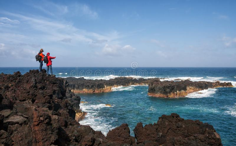 I turisti prendono la foto dei paesaggi, sao Miguel, Azzorre immagine stock libera da diritti