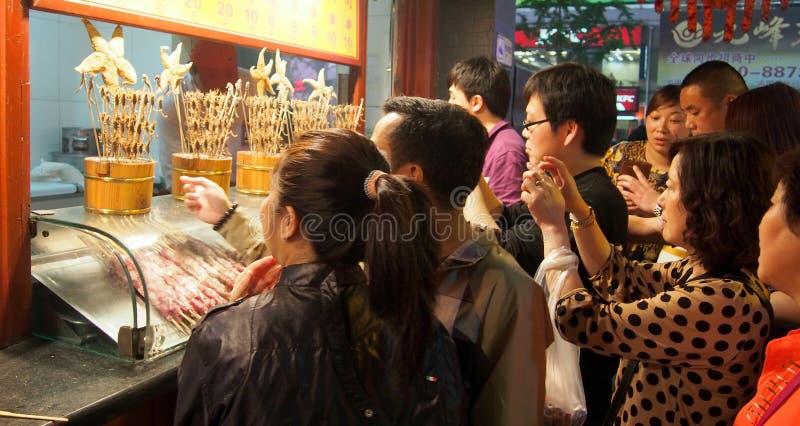 I turisti prendono le foto, via alla notte, Cina dello spuntino di Wangfujing immagine stock