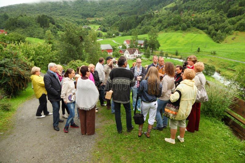 I turisti russi si levano in piedi sulla collina ed ascoltano guida fotografia stock libera da diritti