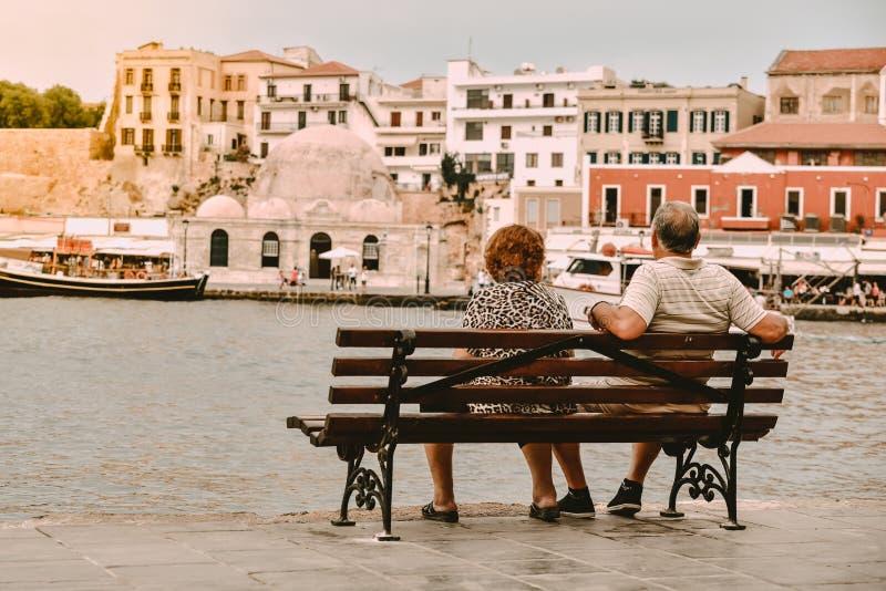 I turisti senior della gente osservano la città immagini stock