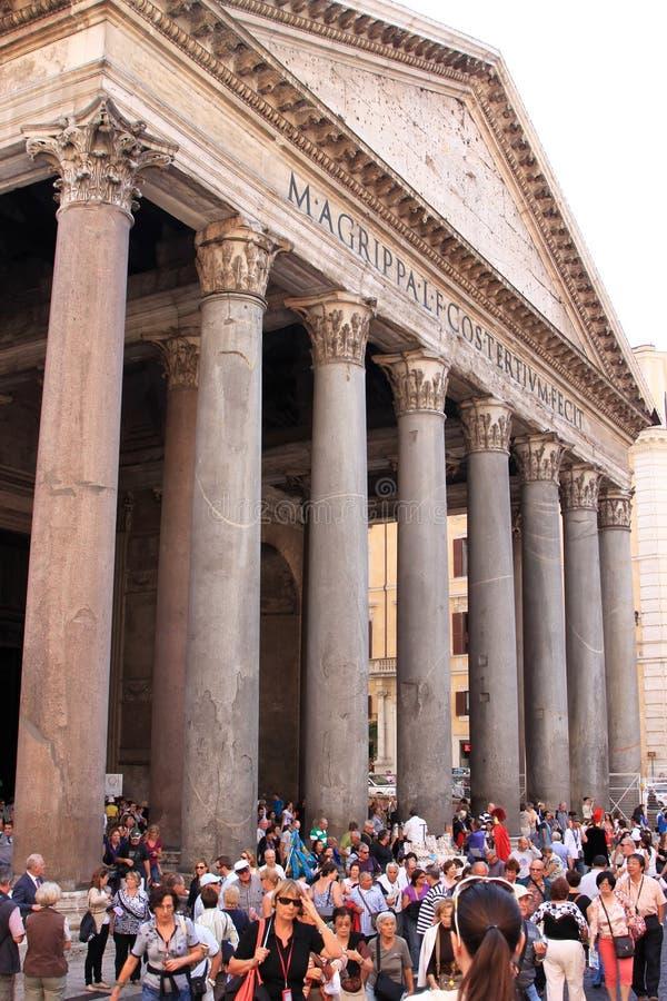 I turisti si avvicinano al panteon a Roma, Italia immagine stock