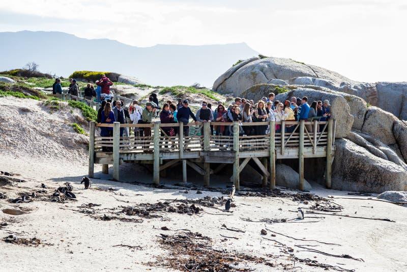 I turisti si riuniscono sulla piattaforma di osservazione alla spiaggia dei massi fotografia stock