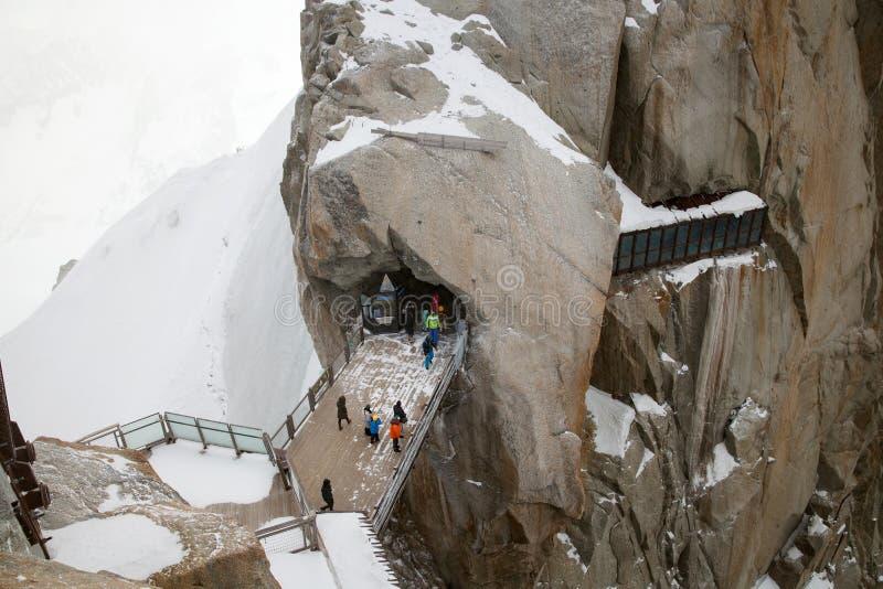 I turisti stanno camminando sul ponte sopra ripido, punto di osservazione su Ai immagine stock libera da diritti