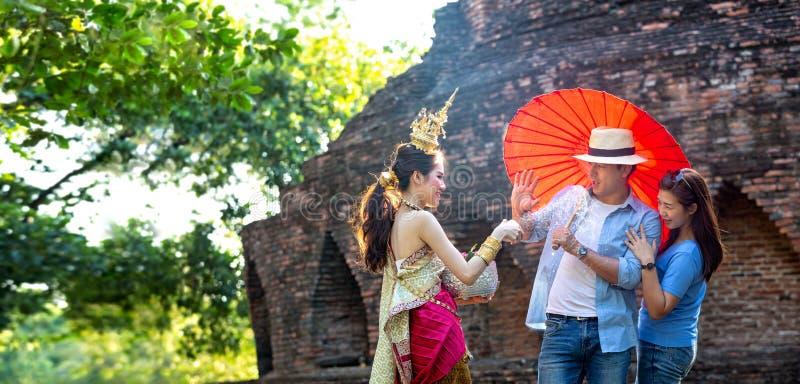 I turisti stanno godendo del festival di Songkran Ragazze tailandesi e giovane uomo caucasico che spruzzano acqua durante il fest fotografia stock