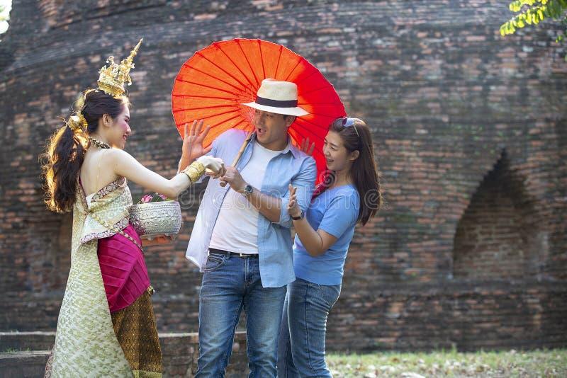 I turisti stanno godendo del festival di Songkran Ragazze tailandesi e Youn fotografie stock libere da diritti