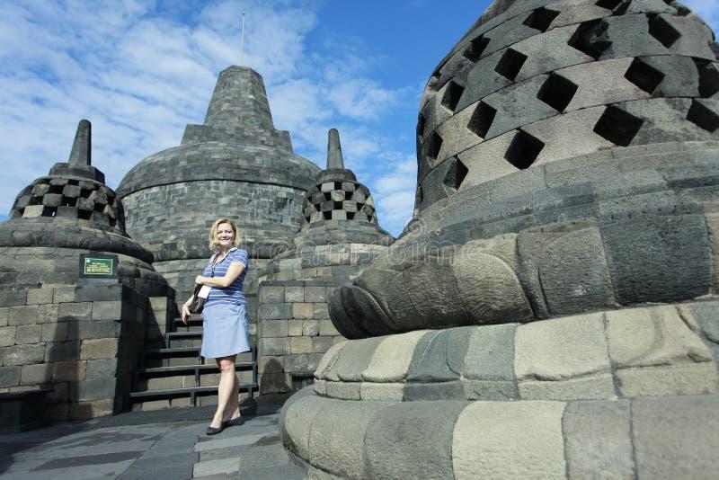 I turisti stranieri godono di di visitare Borobudur fotografia stock