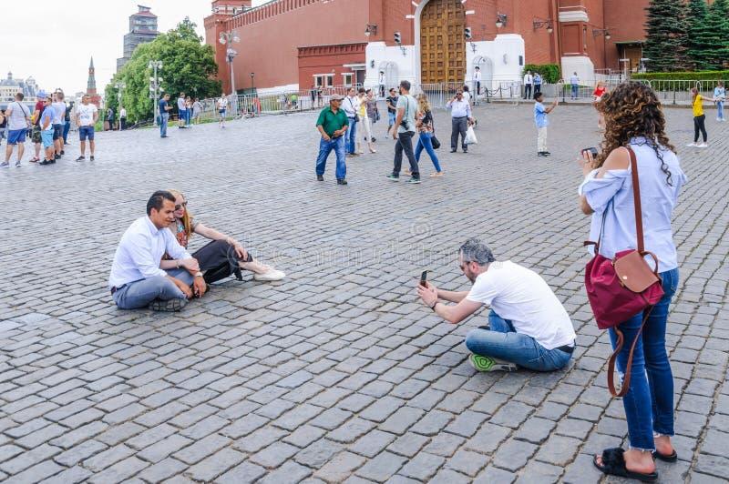 I turisti stranieri sono fotografati sul quadrato rosso immagine stock