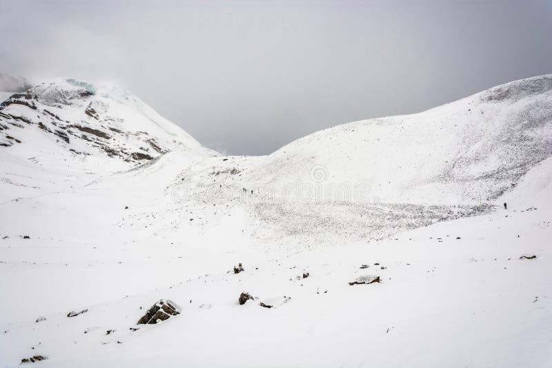 I turisti su una La innevata di Thorung passano, il Nepal fotografia stock
