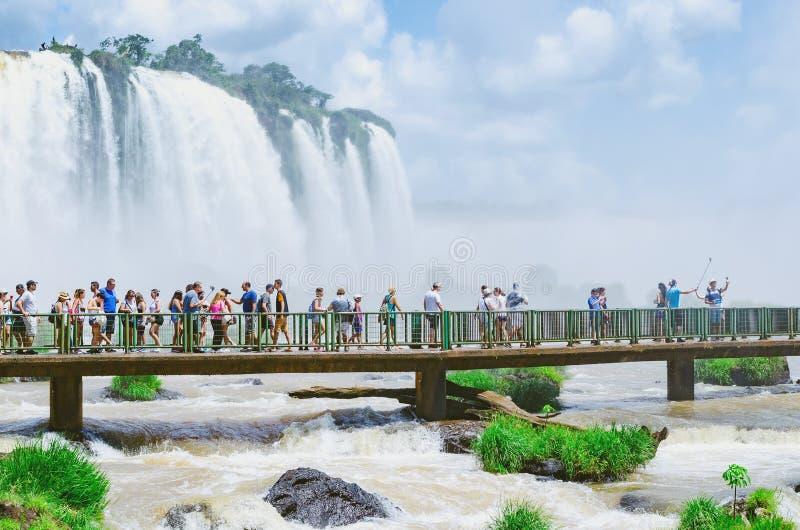 I turisti sulla passerella del Cataratas fanno Iguacu fotografia stock libera da diritti