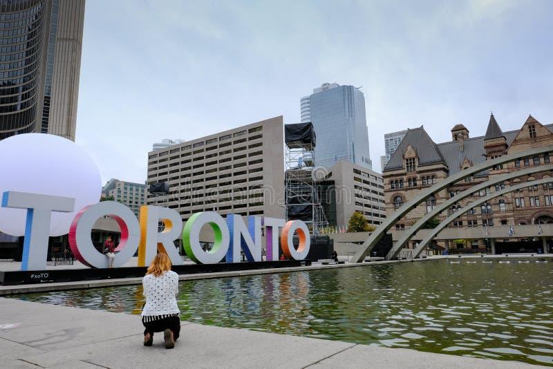 I turisti veduti prendere l'immagine di Toronto famosa firmano dentro Ontario, Canada immagine stock