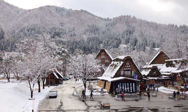 I turisti visitano il vecchio villaggio dentro Shirakawa-vanno, il Giappone immagini stock
