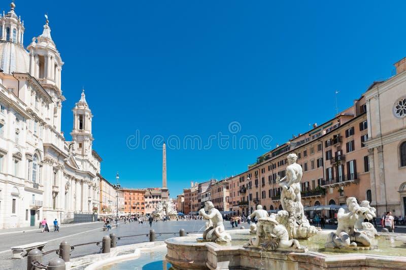 I turisti visitano la piazza Navona La piazza Navona è una del Mo fotografia stock libera da diritti