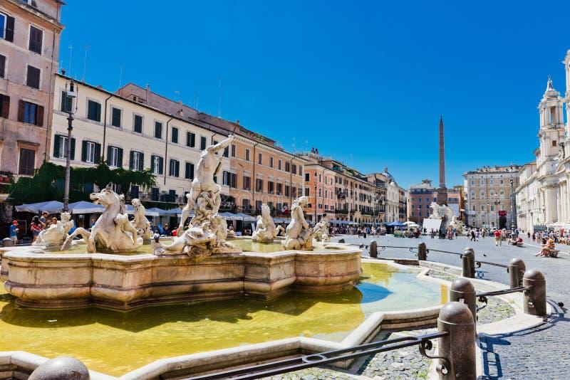 I turisti visitano la piazza Navona La piazza Navona è una del Mo fotografia stock