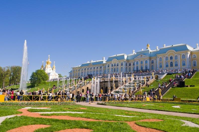I turisti visitano le viste del parco più basso di Peterhof fotografia stock