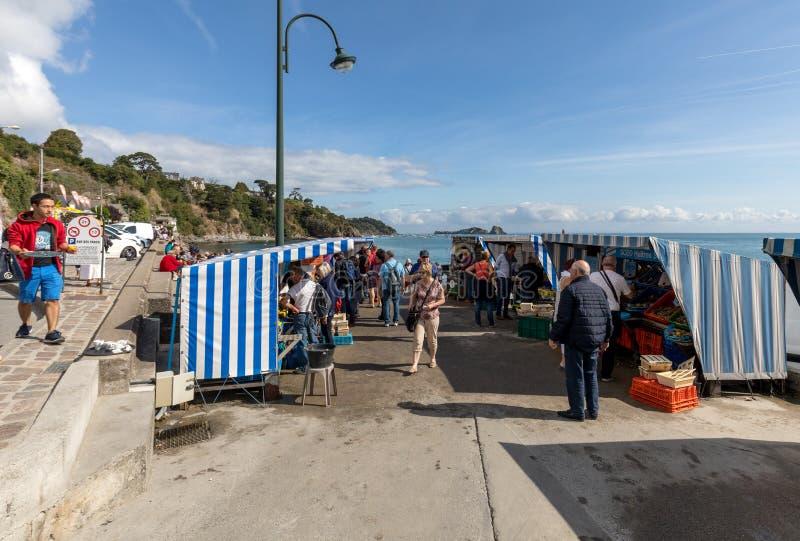 I turisti visitano un'azienda agricola per la raccolta delle ostriche con un piccolo mercato per la vendita loro per il consumo i immagini stock libere da diritti