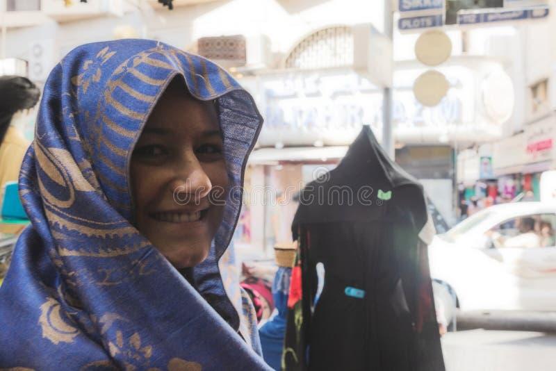 I UAE/DUBAI - 20 DEZ 2018 - ritratto della donna in un negozio nel mercato di oro nel Dubai I UAE fotografie stock libere da diritti