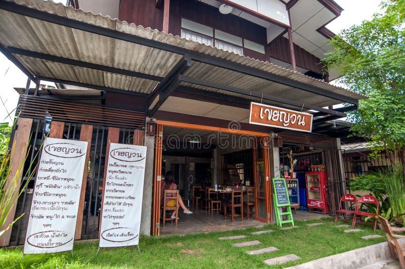 I utomhus- thailändsk restaurang arkivfoton
