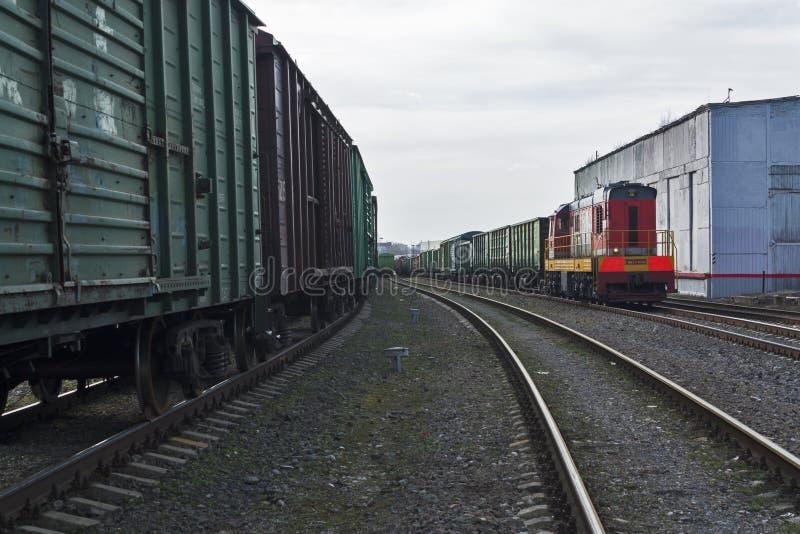 I vagoni e le locomotive diesel stanno aspettando al deposito fotografie stock