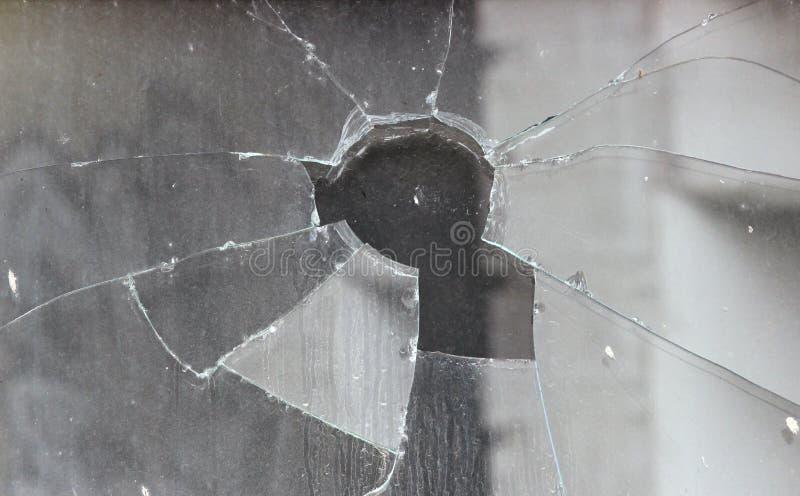 I vandali hanno fracassato il vetro della finestra di deposito immagini stock