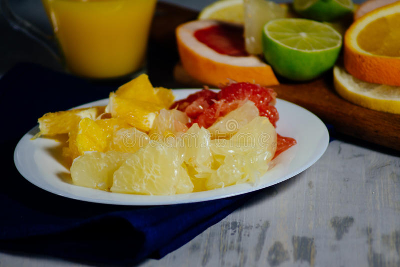 I vari agrumi incidono le fette l'arancia, il limone, la calce, grapef immagine stock libera da diritti