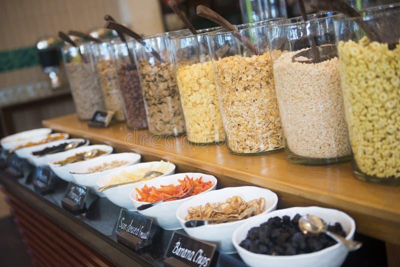I vari cereali da prima colazione sulla linea colpiscono in hotel fotografia stock