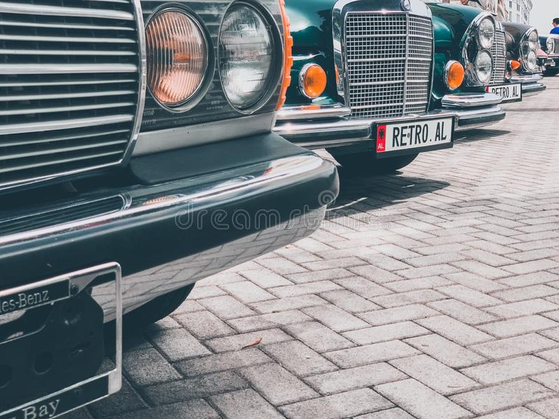 I vari colori della retro automobile d'annata hanno esibito fotografie stock