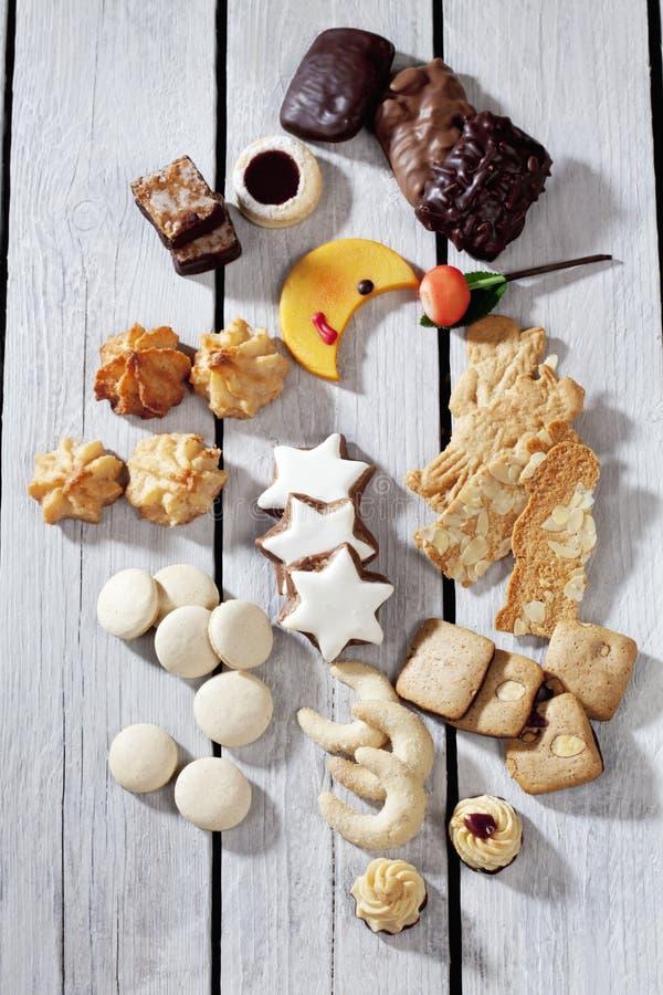 I vari dolci di natale, moon il biscotto a forma di, cannella stars, maccherone, spritz il biscotto, pan di zenzero su fondo di l immagine stock libera da diritti