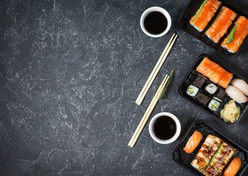 I vari generi di sushi sono servito su fondo di pietra nero fotografia stock libera da diritti