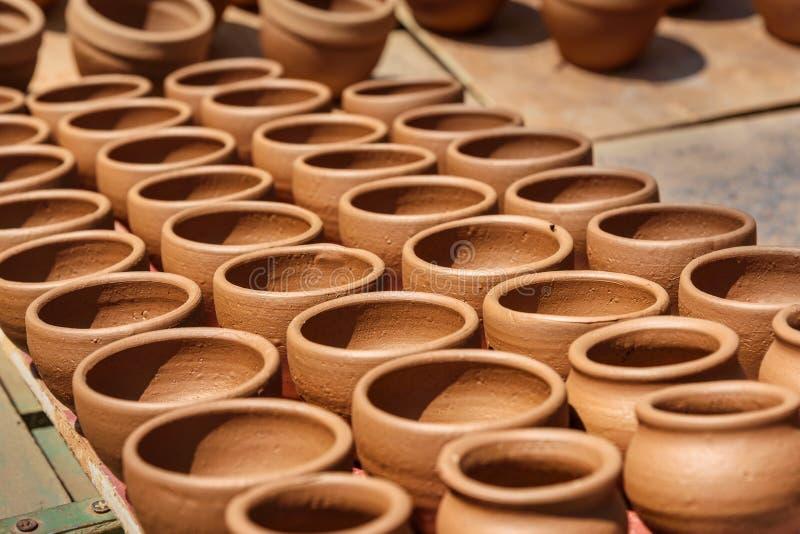 I vasi di argilla nella città di Pottery sono vecchi a Bangalore India fotografia stock