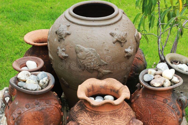 I vasi di argilla sono sistemati nei gruppi, con le grandi, navi alte s fotografia stock