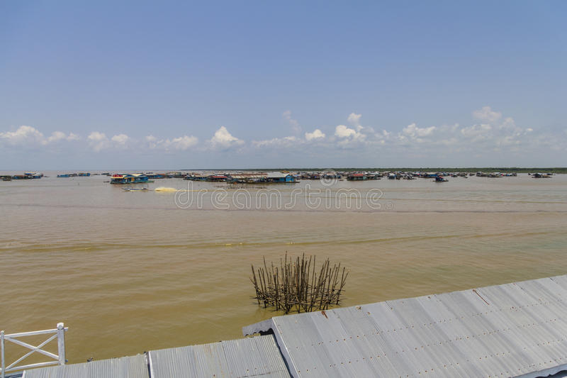 I vattnet av att sväva byn, underminerar Tonle sjön royaltyfria foton