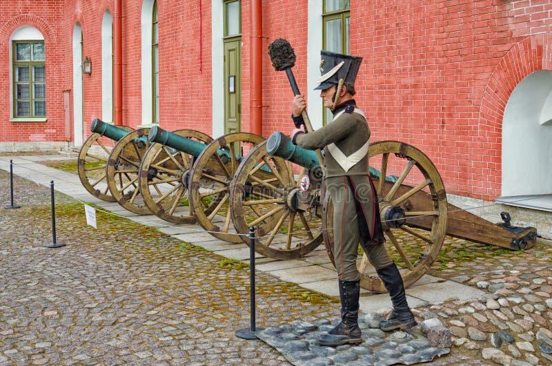 I vecchi cannoni bronzei nell'iarda interna della fortezza di Paul e di St Peter ed il manichino dell'artigliere immagine stock