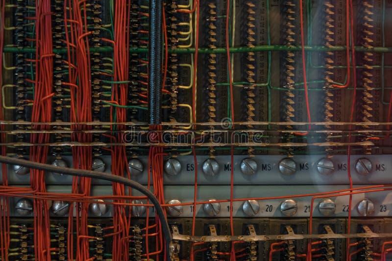 I vecchi cavi elettrici con il terminale dell'occhiello immagini stock libere da diritti