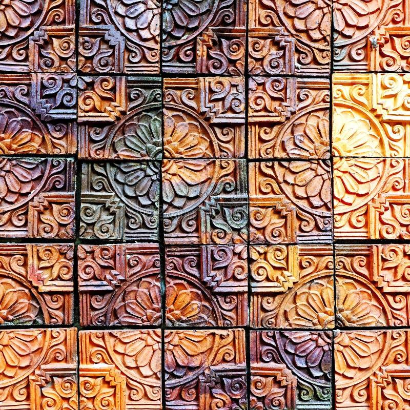 I vecchi modelli d'annata delle mattonelle della parete delle terraglie handcraft dal pubblico della Tailandia fotografia stock