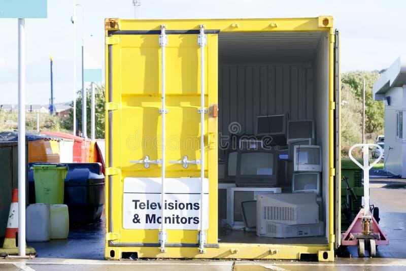 I vecchi schermi di computer del pc dei monitor della televisione TV al salto dello scarico dei rifiuti riciclano il mucchio impi immagine stock libera da diritti