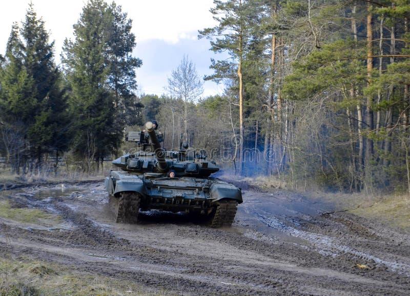 I veicoli da combattimento corazzati russi stanno traversando attraverso regione paludosa attraverso le foreste fotografie stock
