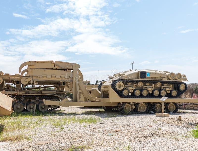 I veicoli di ingegneria si trovano sul cantiere commemorativo vicino al museo corazzato del corpo in Latrun, Israele immagini stock libere da diritti