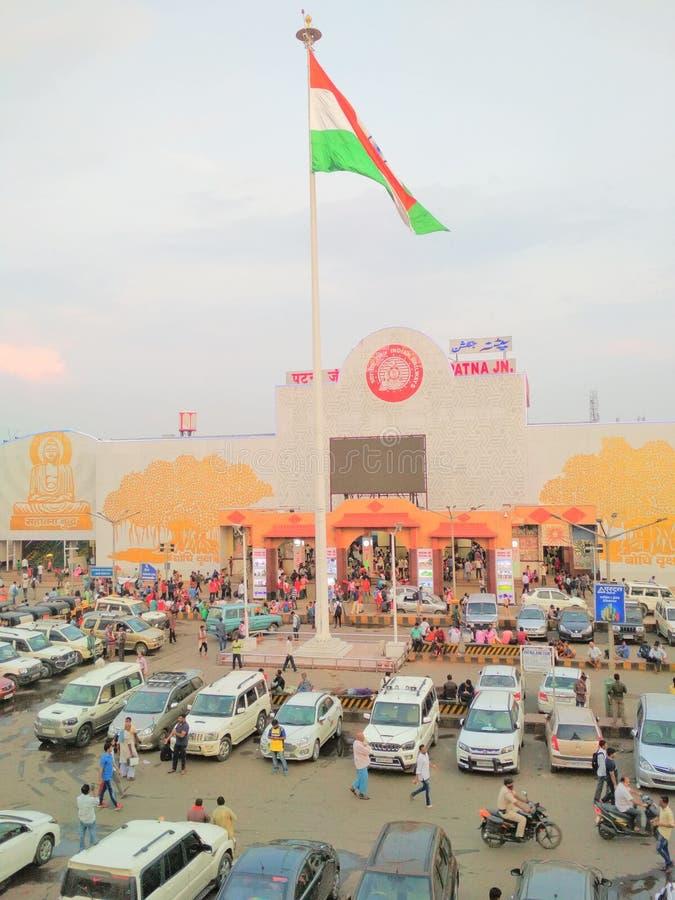 I veicoli indiani della bandiera della stazione ferroviaria della giunzione di Patna ammucchiano fotografia stock libera da diritti